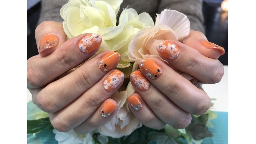 オレンジのフラワーネイル